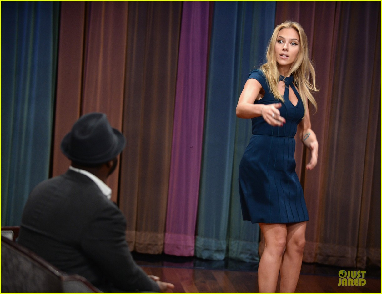 scarlett johansson plays charades on fallon 20