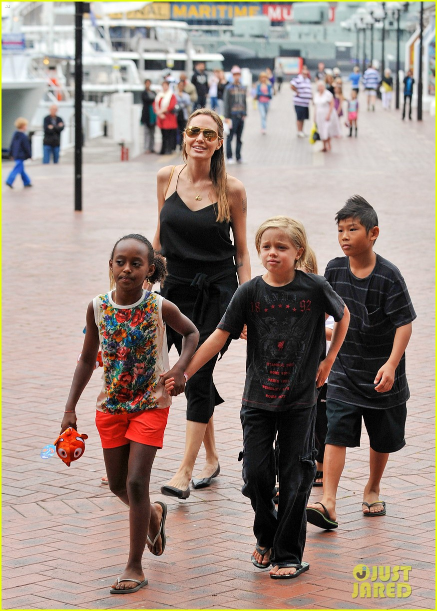 angelina jolie kids visit the sydney aquarium 232946312