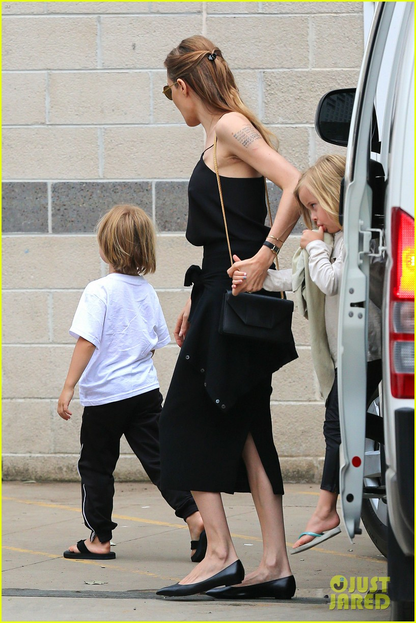 angelina jolie kids visit the sydney aquarium 29