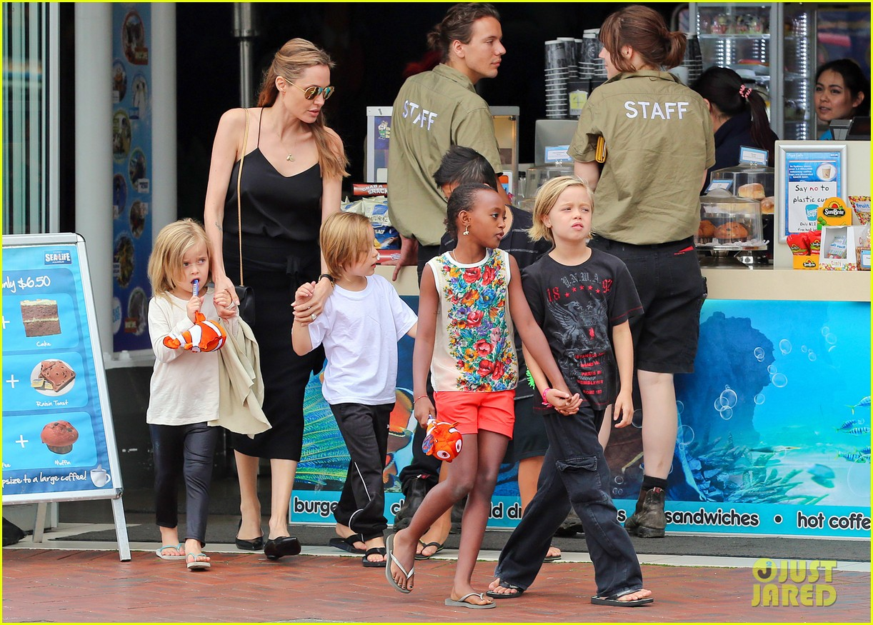 angelina jolie kids visit the sydney aquarium 302946319