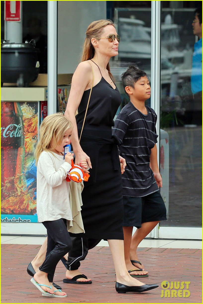 angelina jolie kids visit the sydney aquarium 34