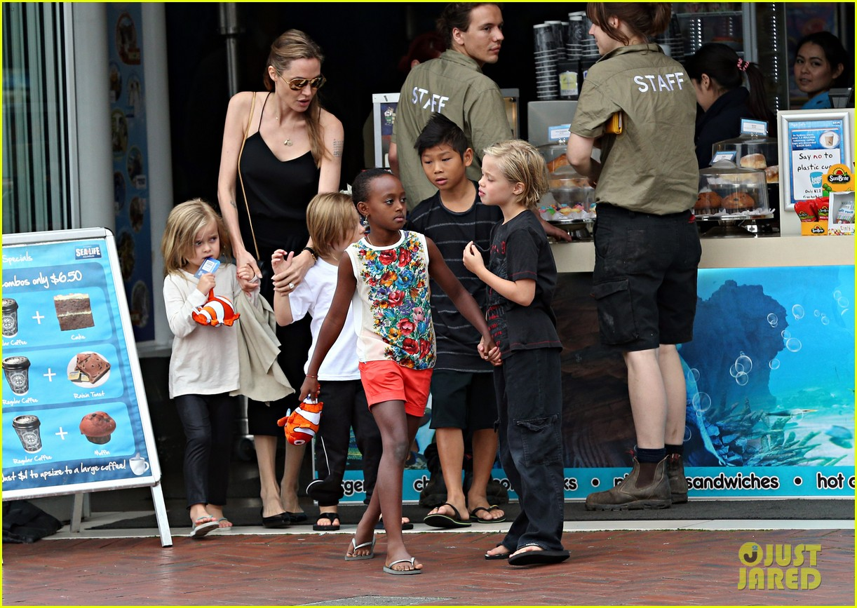 angelina jolie kids visit the sydney aquarium 48