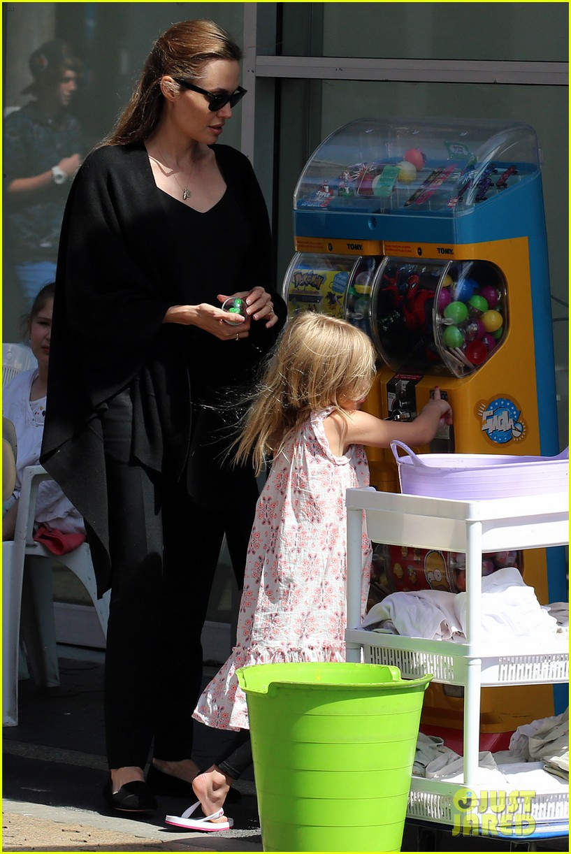 angelina jolie arts crafts afternoon with shiloh vivienne 13