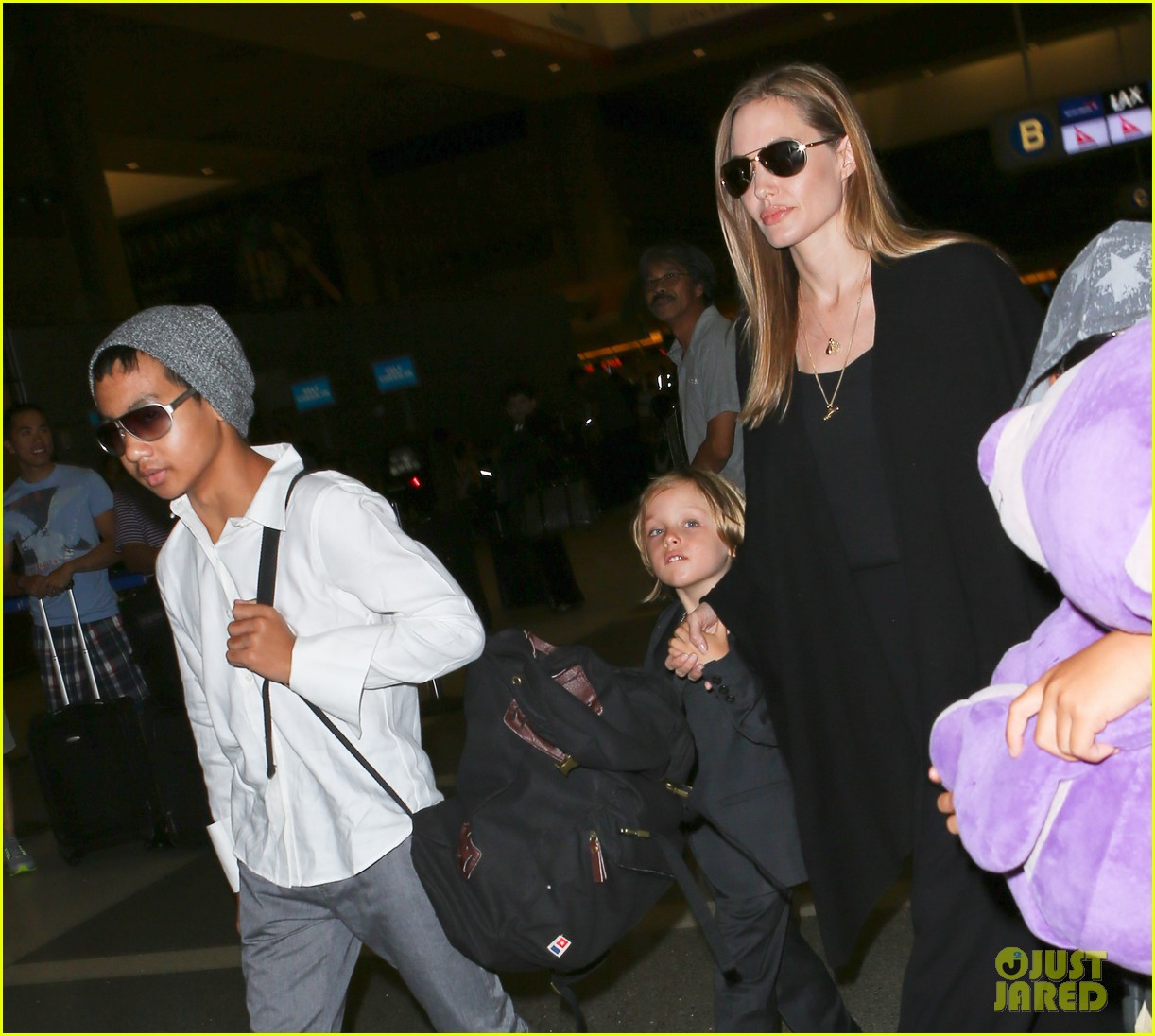angelina jolie catches a flight with all six kids 24