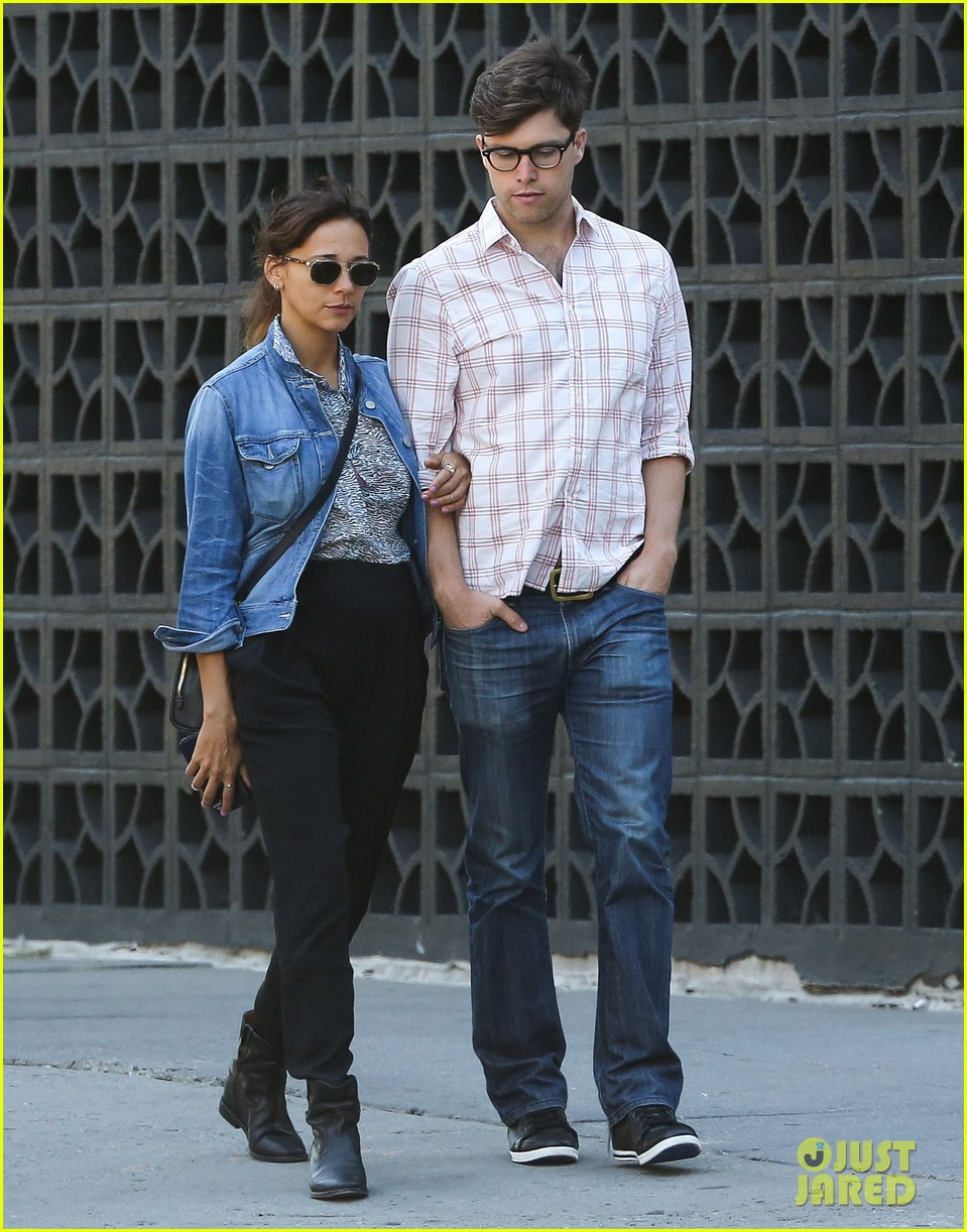 rashida jones walks arm in arm with snl writer colin jost 012945123