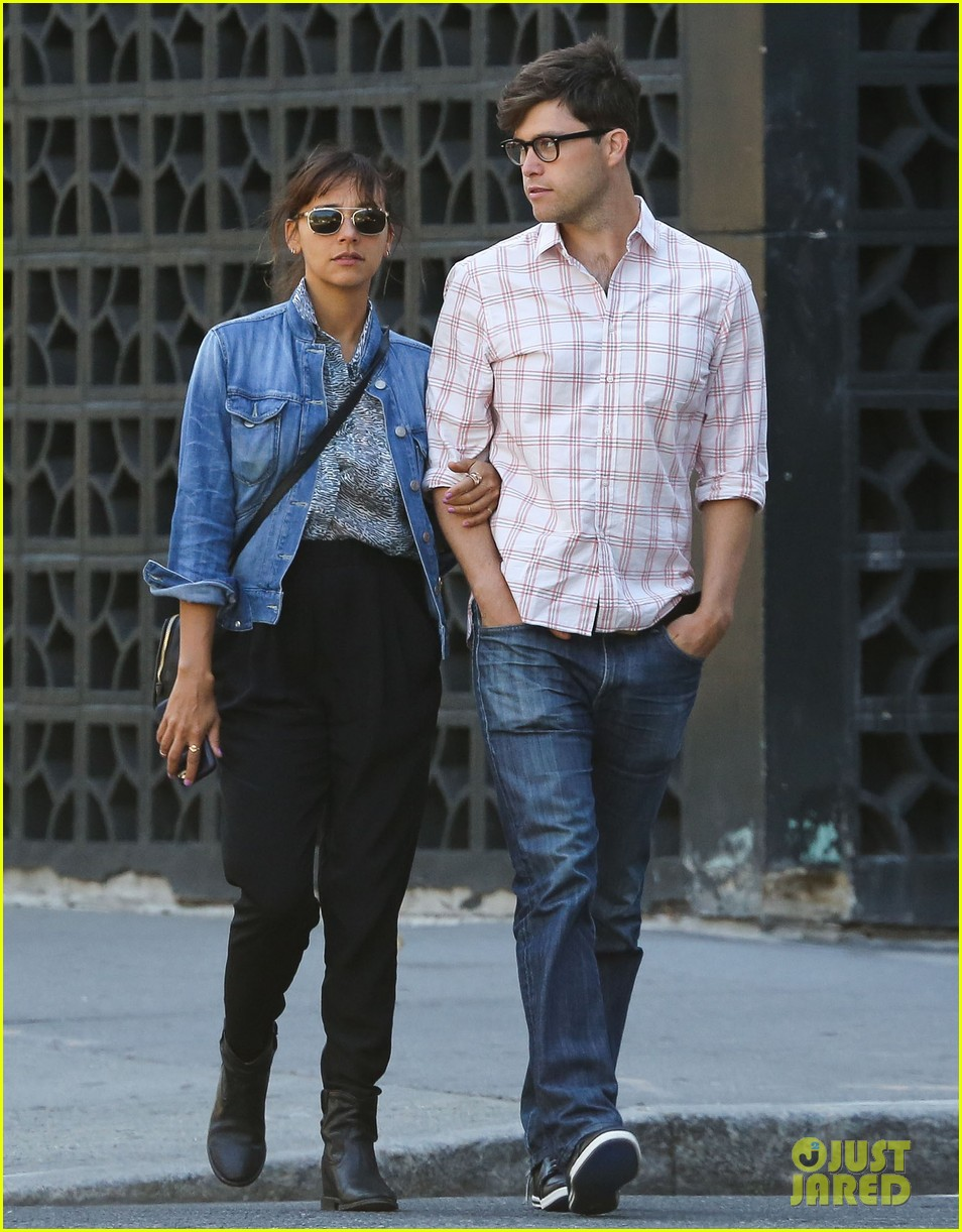 rashida jones walks arm in arm with snl writer colin jost 072945129