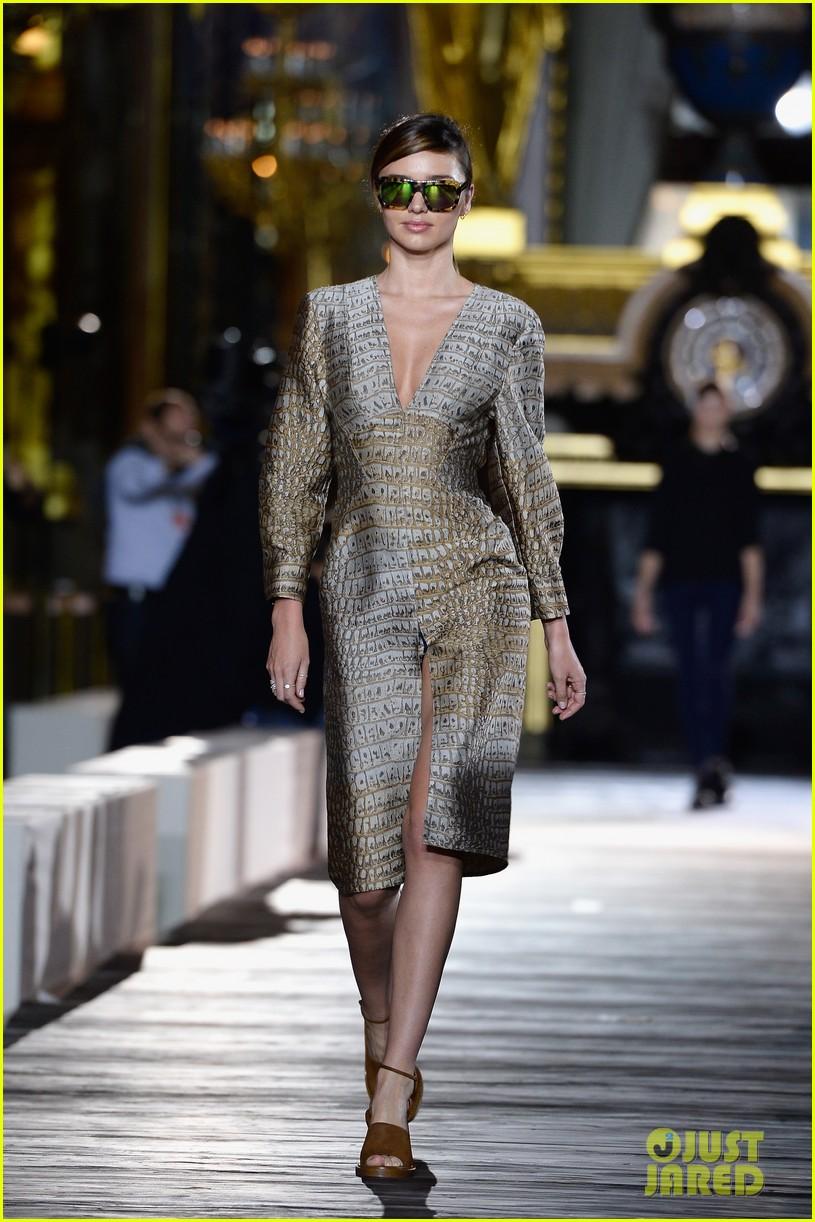 miranda kerr cara delevingne stella mccartney fashion show 04