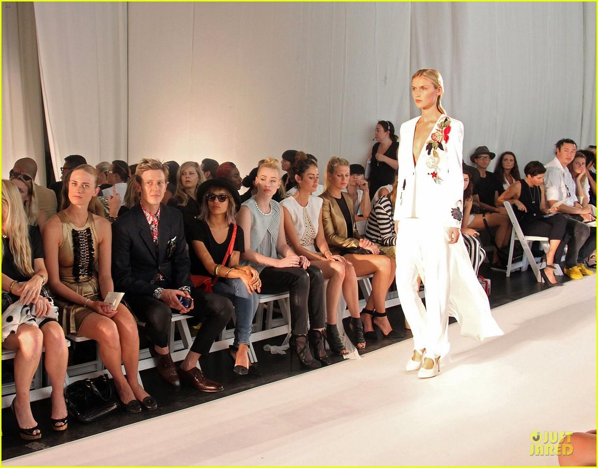 zoe kravitz iggy azalea sass bide fashion show 052949679