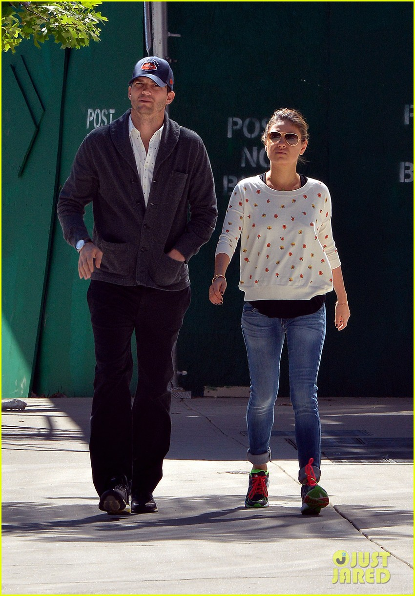 ashton kutcher mila kunis hold hands in the big apple 02