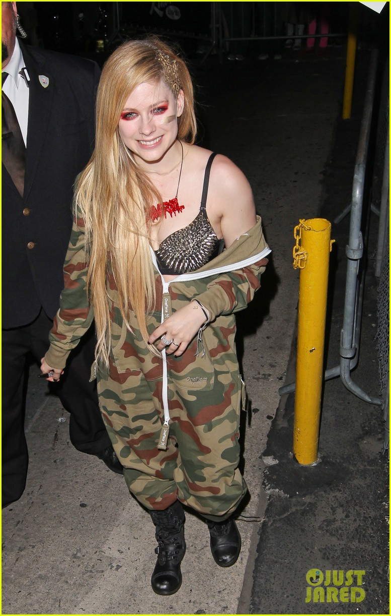 avril lavigne flaunts metal spikes on bra for jimmy kimmel 102955065