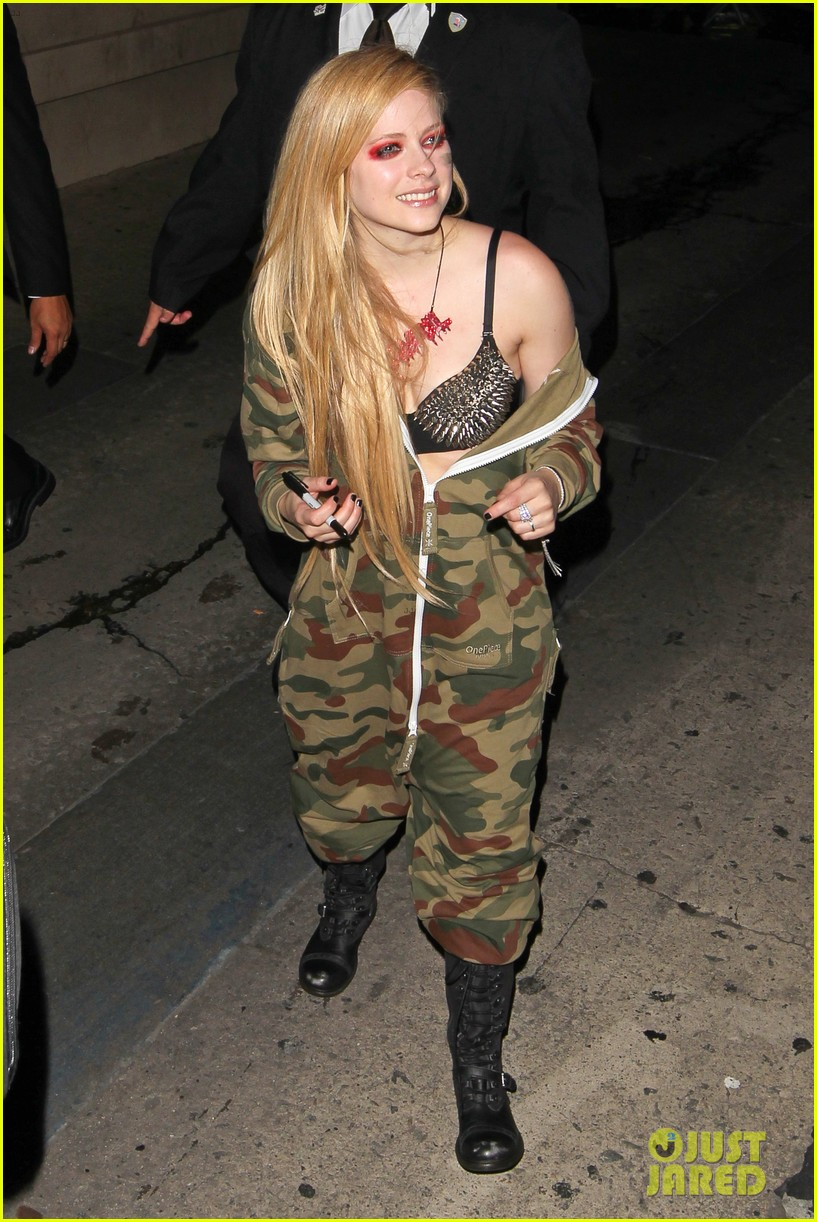 avril lavigne flaunts metal spikes on bra for jimmy kimmel 21