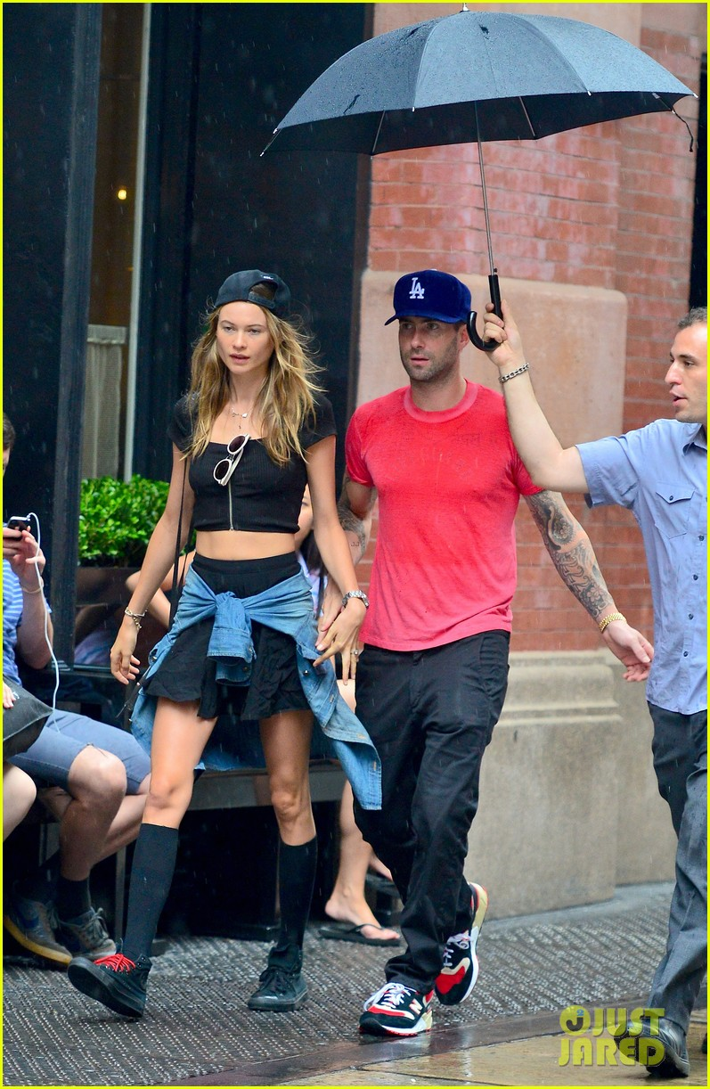 adam levine behati prinsloo hold hands on rainy day 01