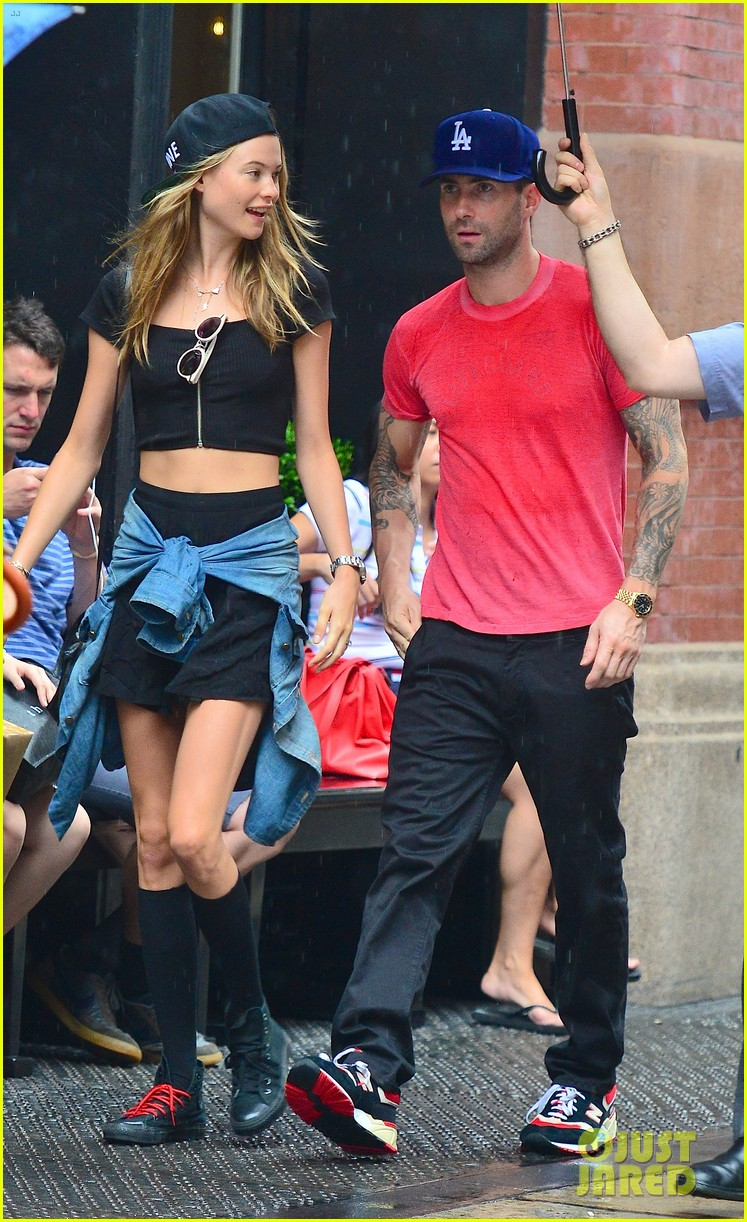 adam levine behati prinsloo hold hands on rainy day 082942517