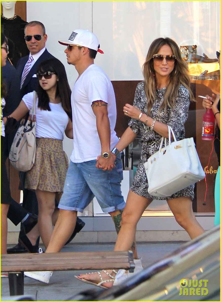 jennifer lopez casper smart hold hands for shopping trip 042954689