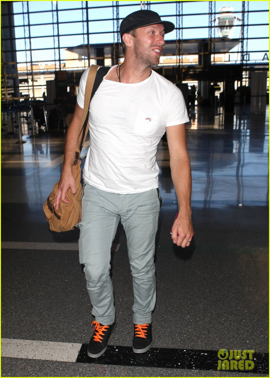chris martin catches flight out of los angeles 05