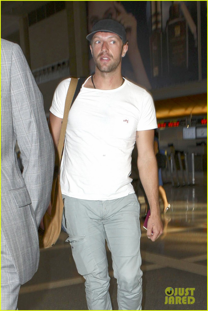 chris martin catches flight out of los angeles 072959100
