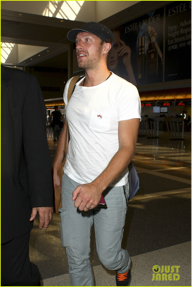 chris martin catches flight out of los angeles 09