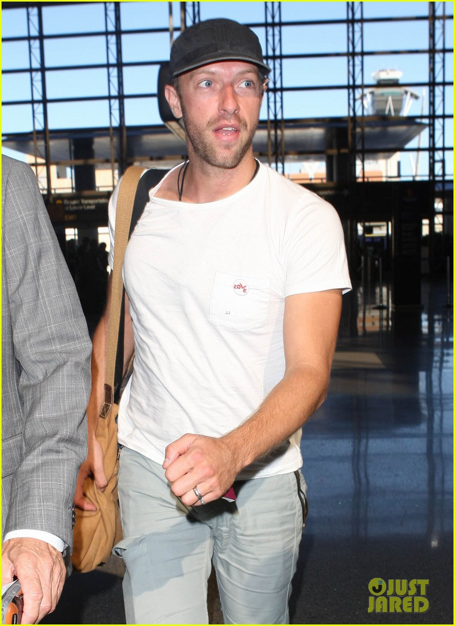 chris martin catches flight out of los angeles 112959104