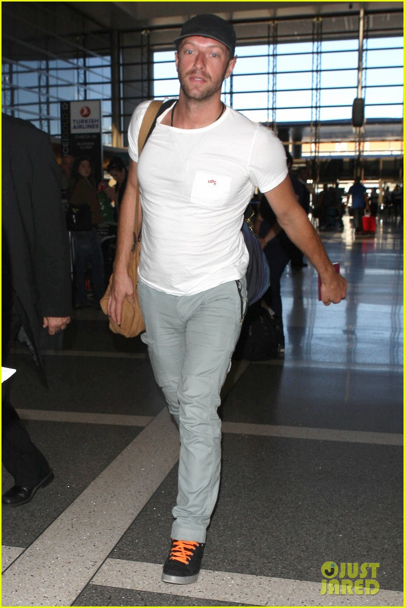 chris martin catches flight out of los angeles 152959108