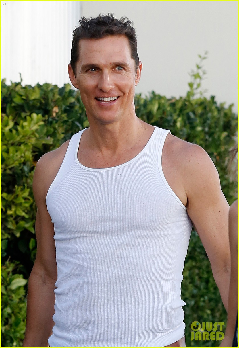 matthew mconaughey bares his guns in tank top 04