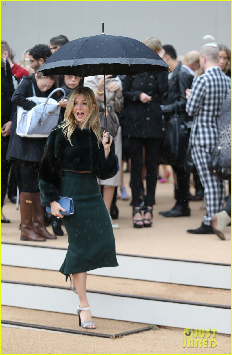 sienna miller naomie harris burberry fashion show at lfw 10