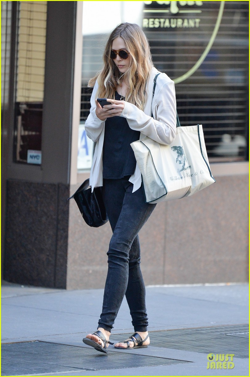elizabeth olsen subway rider in the big apple 01
