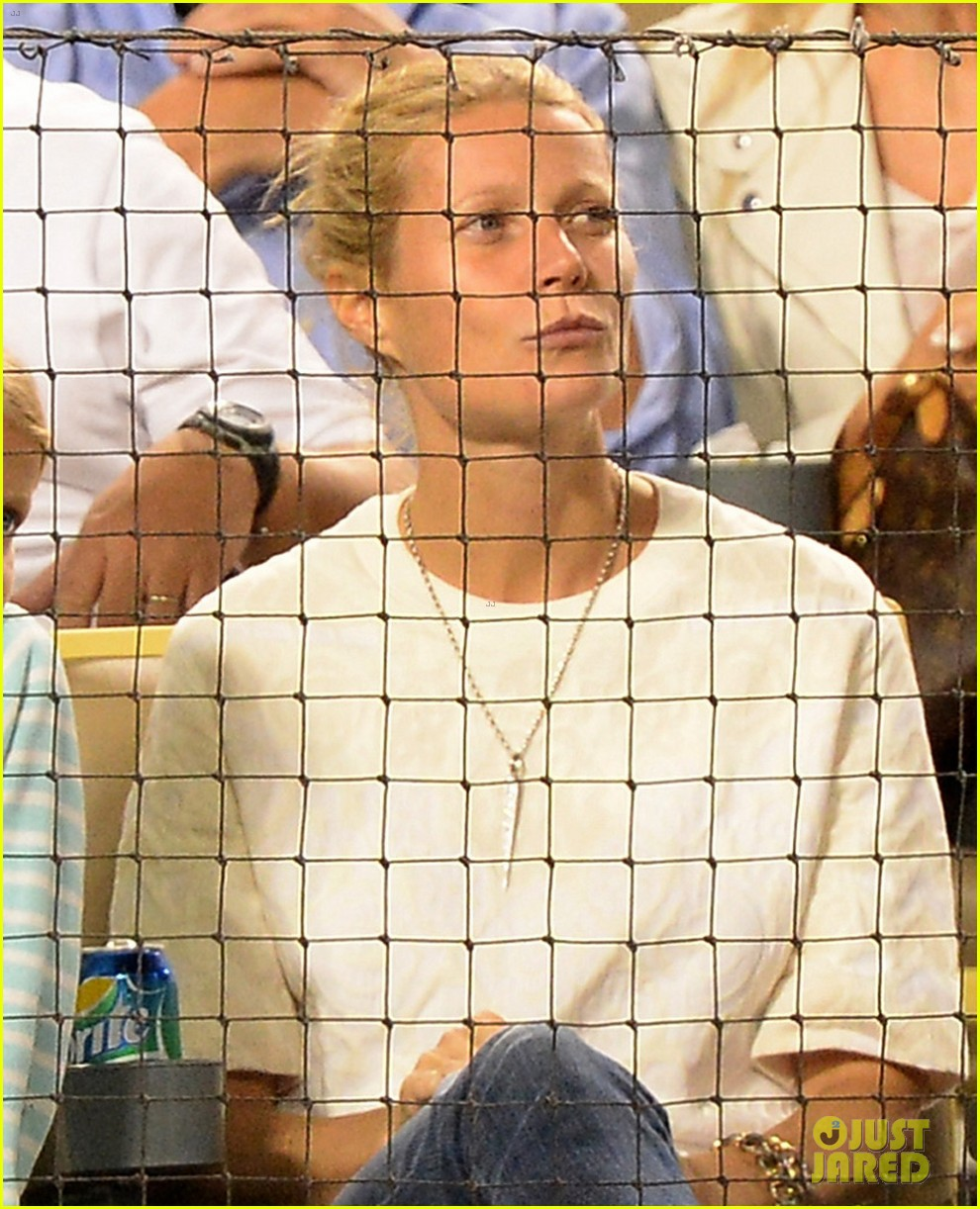 gwyneth paltrow dodgers game with apple moses 02