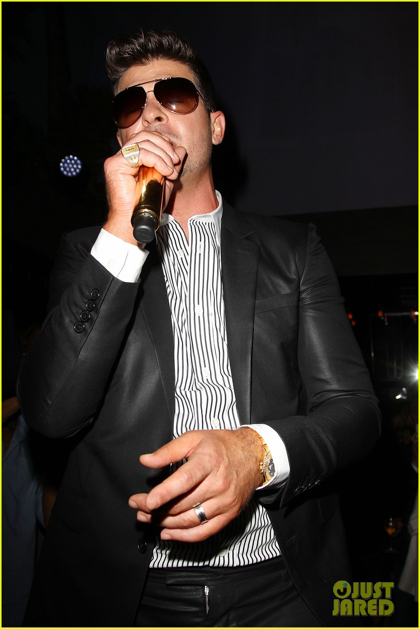 paula patton kisses robin thicke at his album release party 30