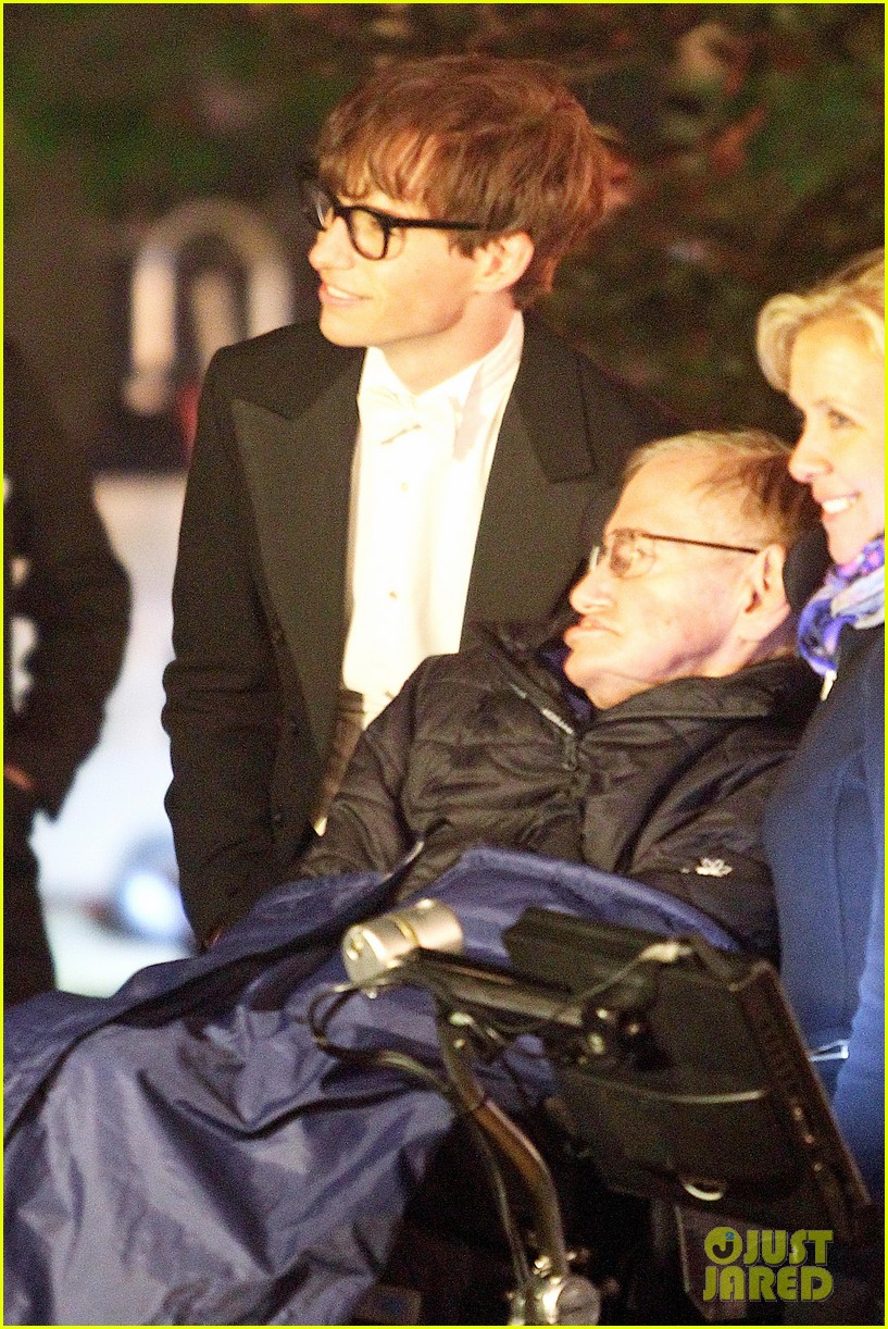eddie redmayne greets stephen hawking on movie set 04