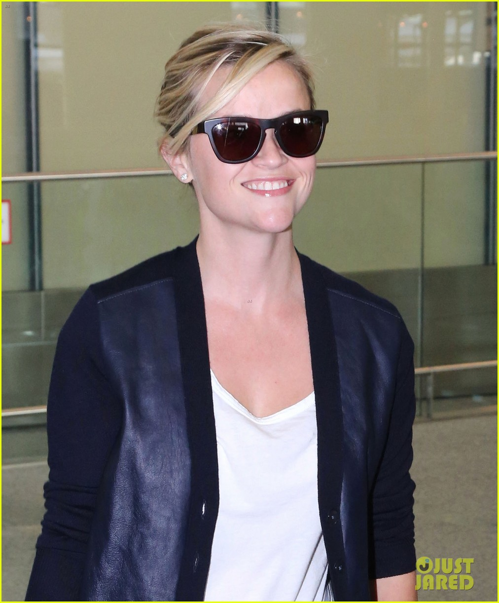 reese witherspoon arrives in toronto for tiff 02