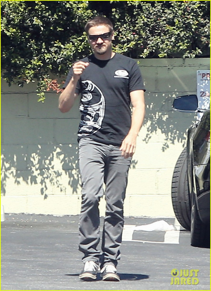 jeremy renner grabs lunch at zankou chicken 072958977