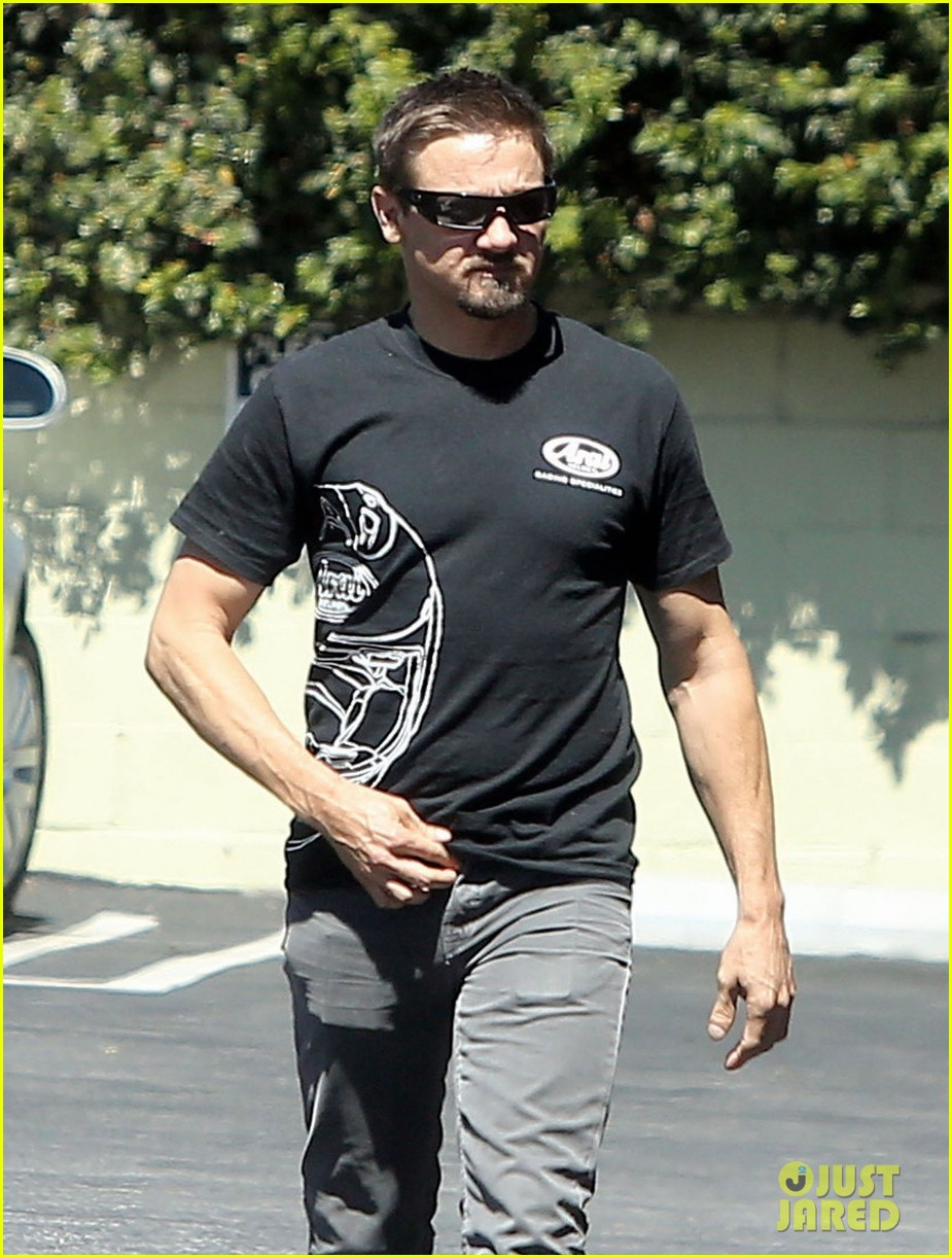 jeremy renner grabs lunch at zankou chicken 092958979