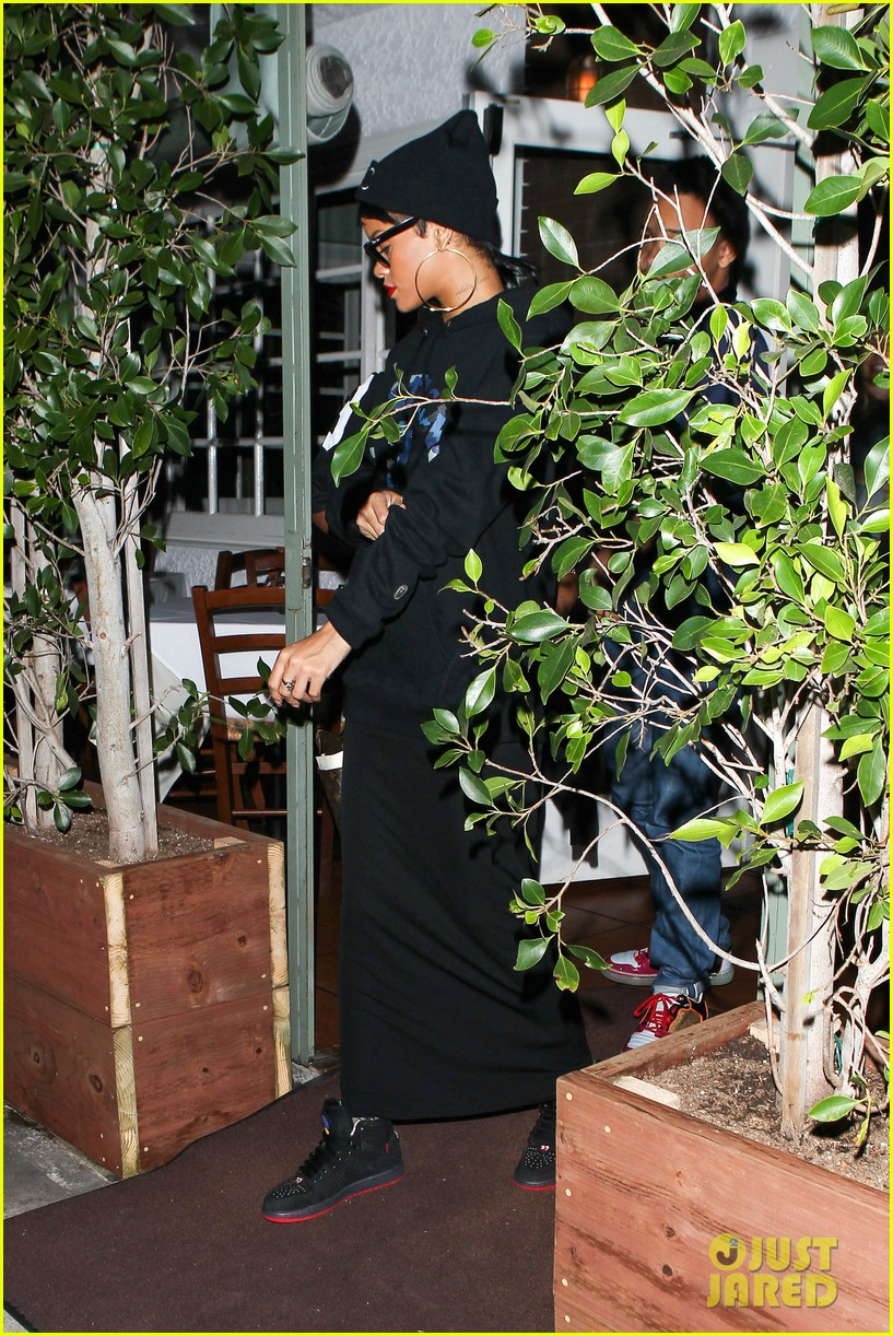 rihanna dines at favorite restaurant before jetting to nyc 12