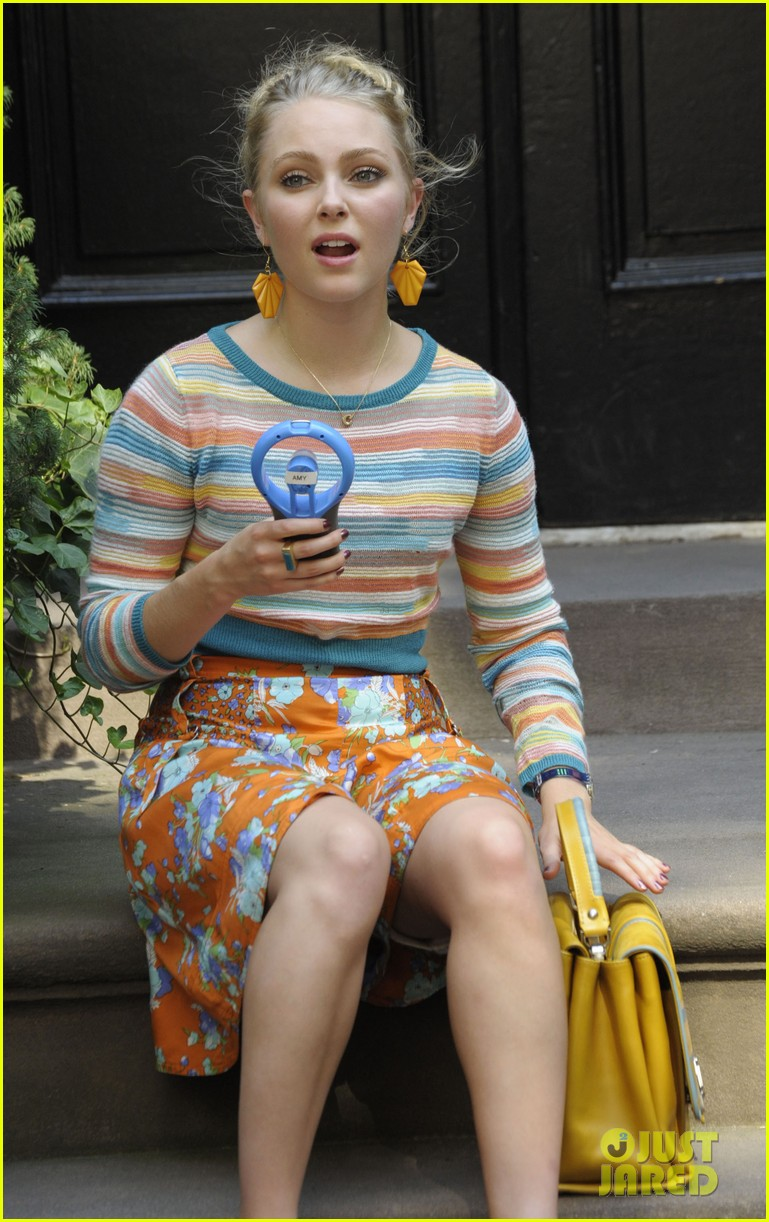 annasophia robb rocks fun outfits for carrie diaries 02