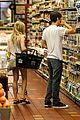 amanda seyfried justin long grocery shop for labor day 03