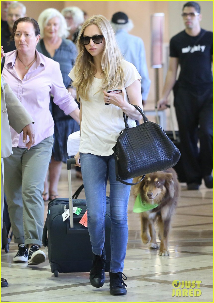 amanda seyfrieds dog finn jumps kisses justin long 07