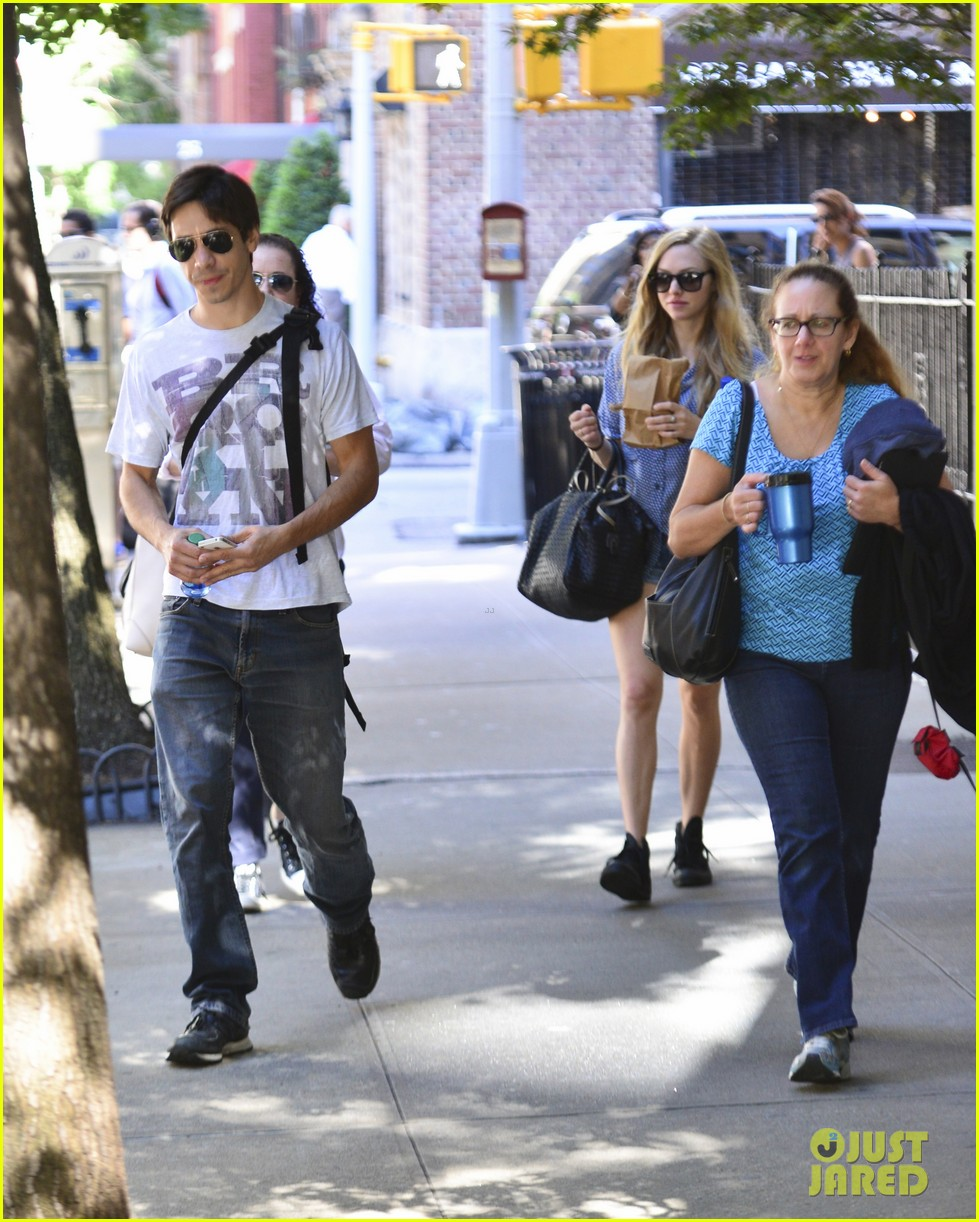 amanda seyfrieds dog finn jumps kisses justin long 19