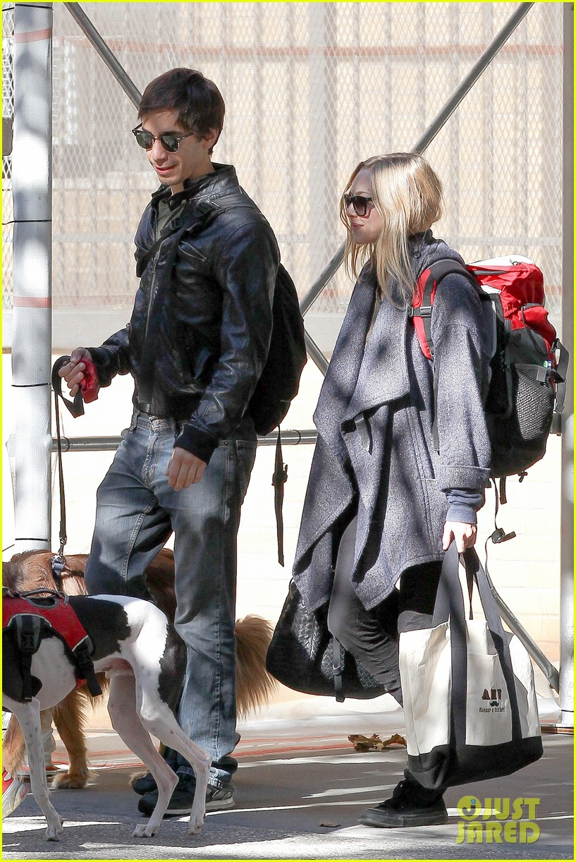 amanda seyfried justin long nyc dog walking twosome 082954012