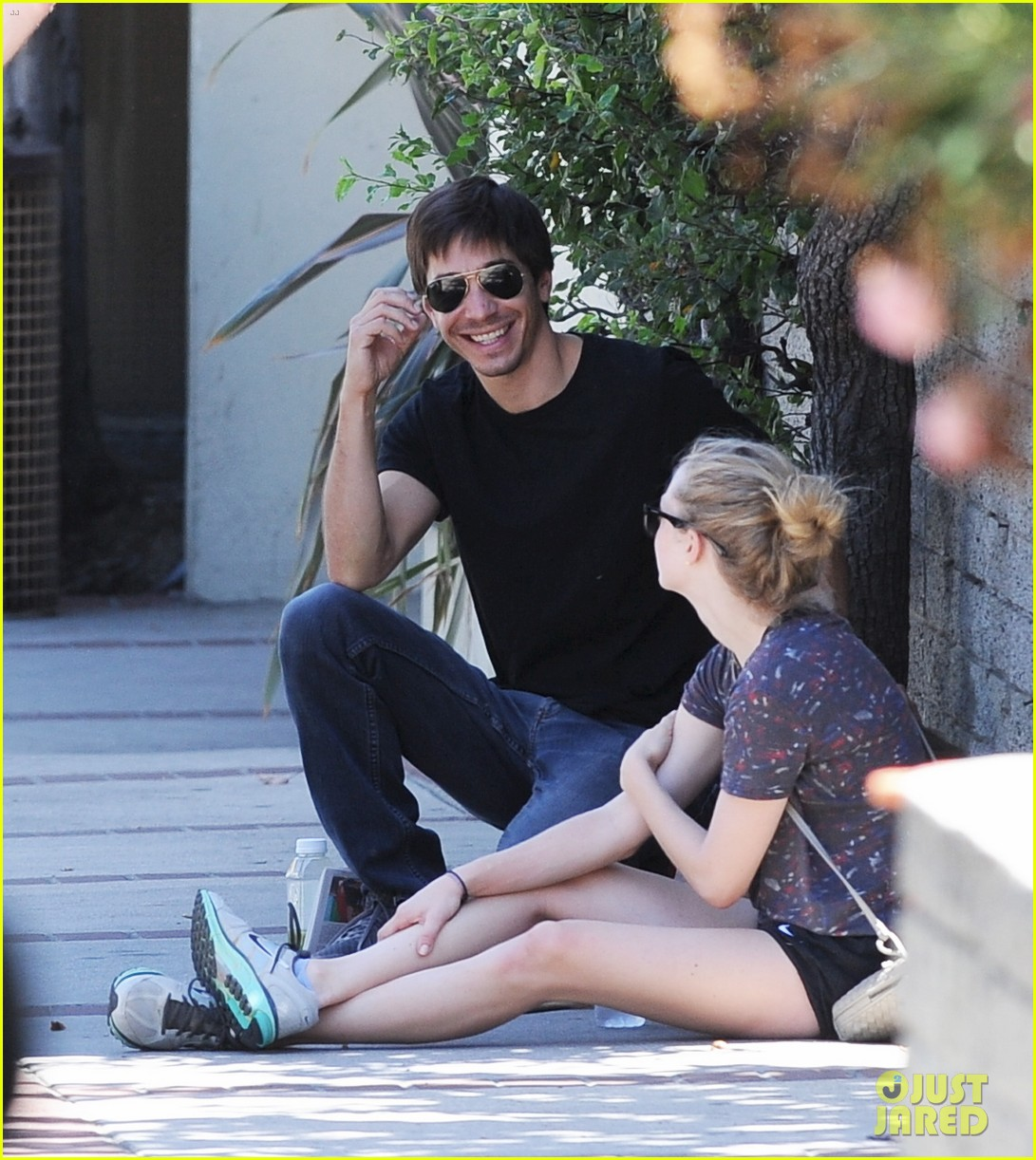 amanda seyfried justin long weekend outing with finn 19