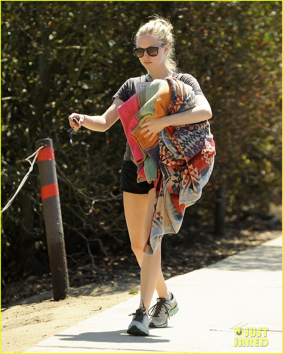 amanda seyfried justin long weekend outing with finn 24