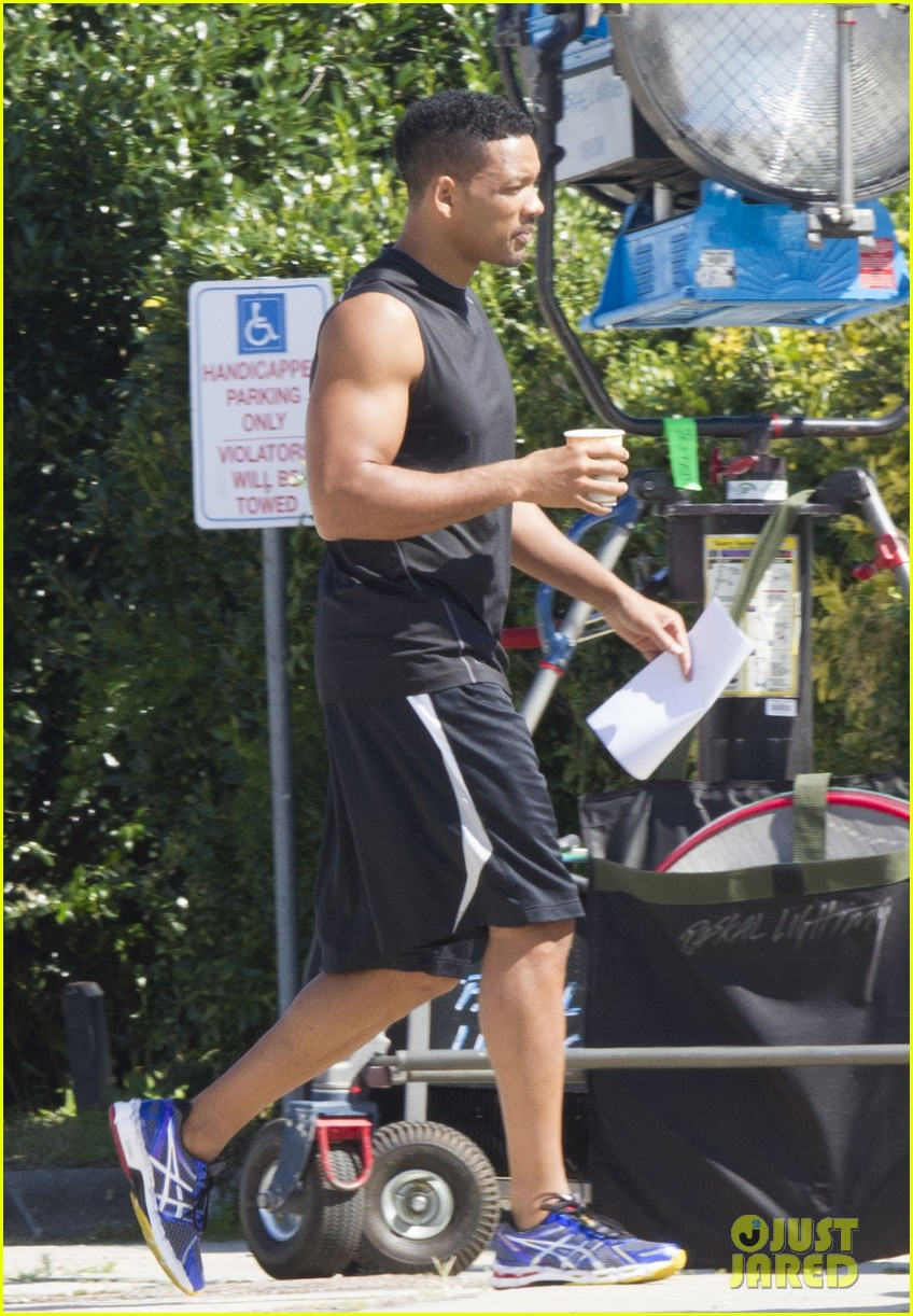 will smith shows off buff arms on focus set 02