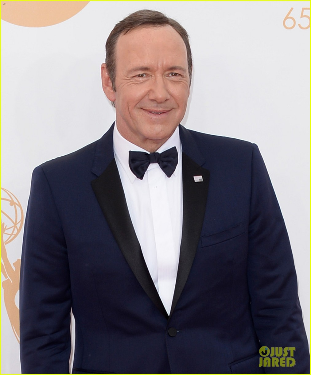 keivn spacey smacks camera at emmys 2013 watch here 01