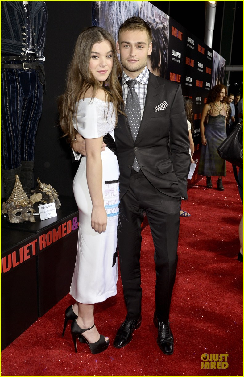 hailee steinfeld douglas booth romeo and juliet premiere 01