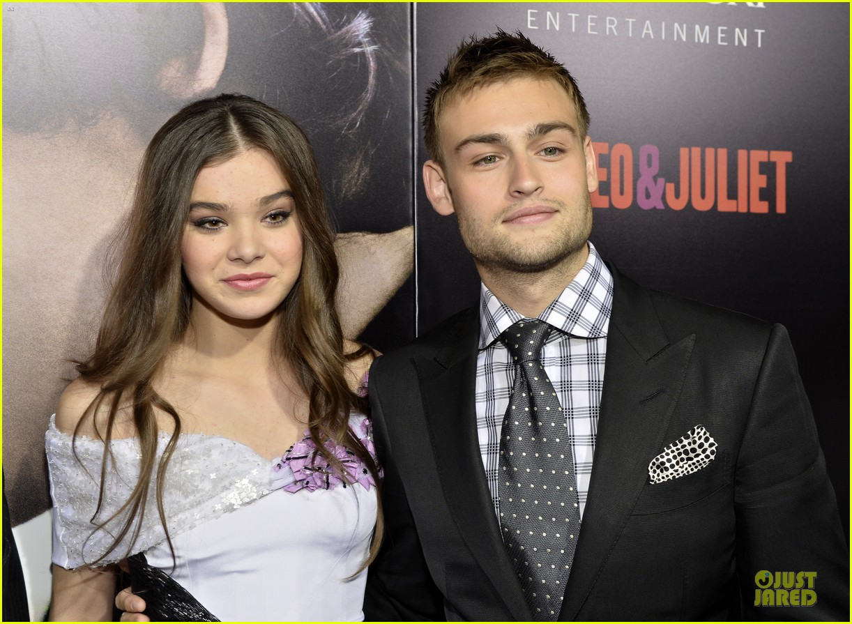 hailee steinfeld douglas booth romeo and juliet premiere 092959537