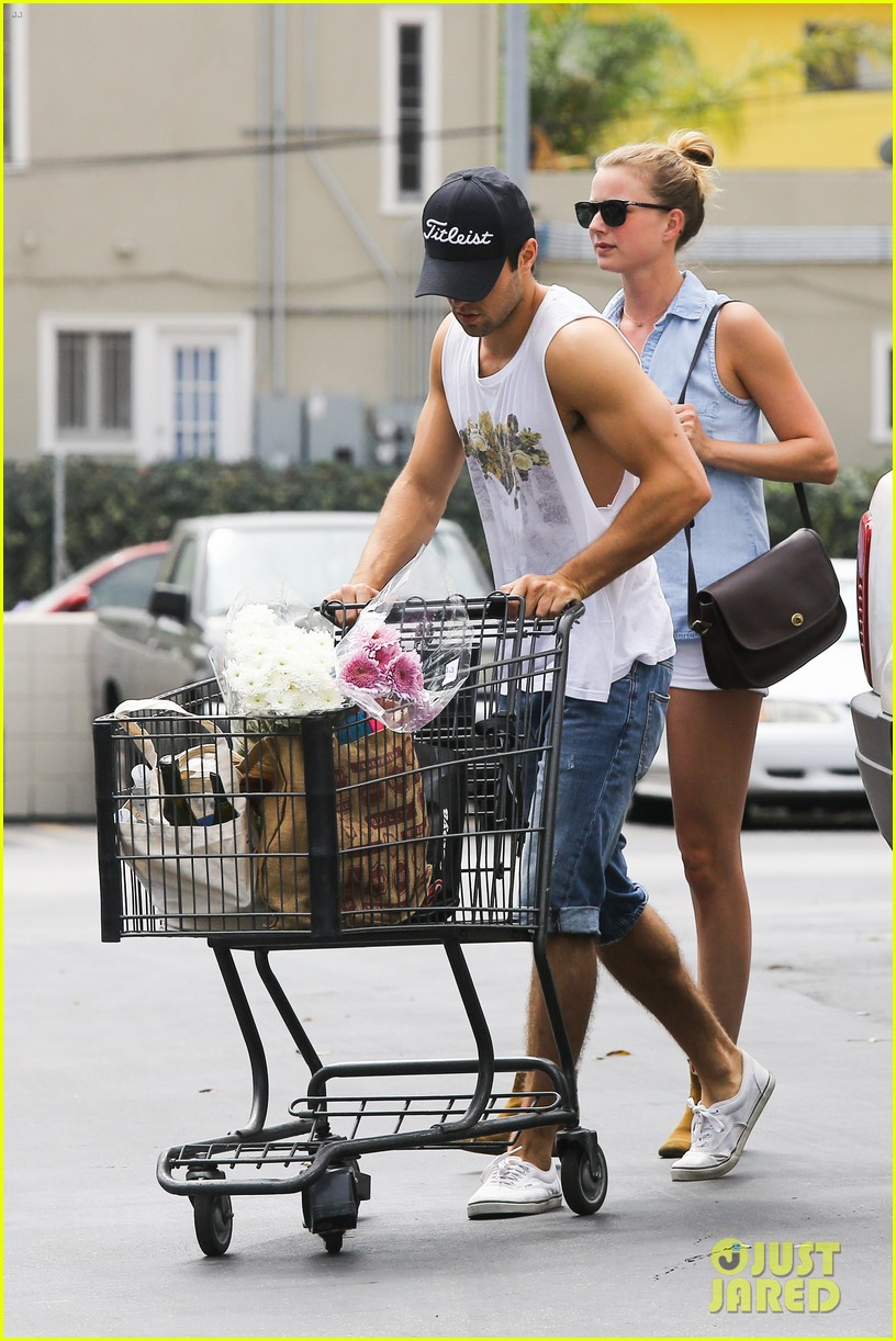 emily vancamp josh bowman get groceries at gelsons 03
