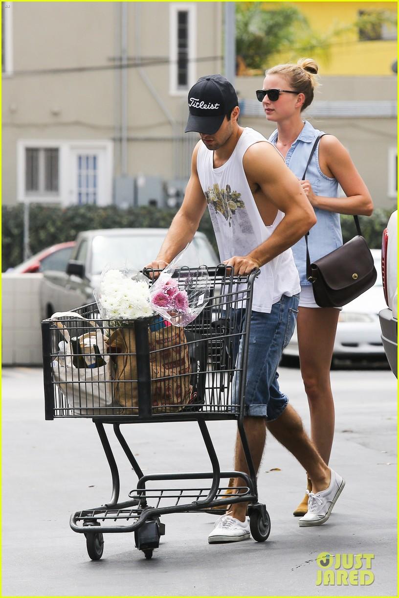 emily vancamp josh bowman get groceries at gelsons 03