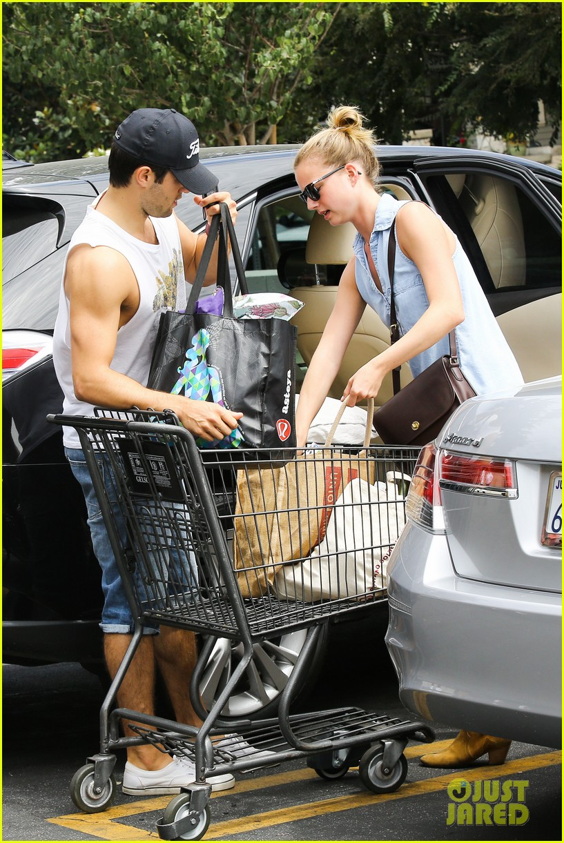 emily vancamp josh bowman get groceries at gelsons 09