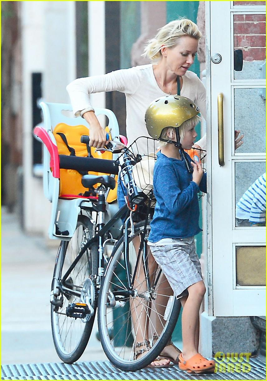 naomi watts family bike all week in new york city 03