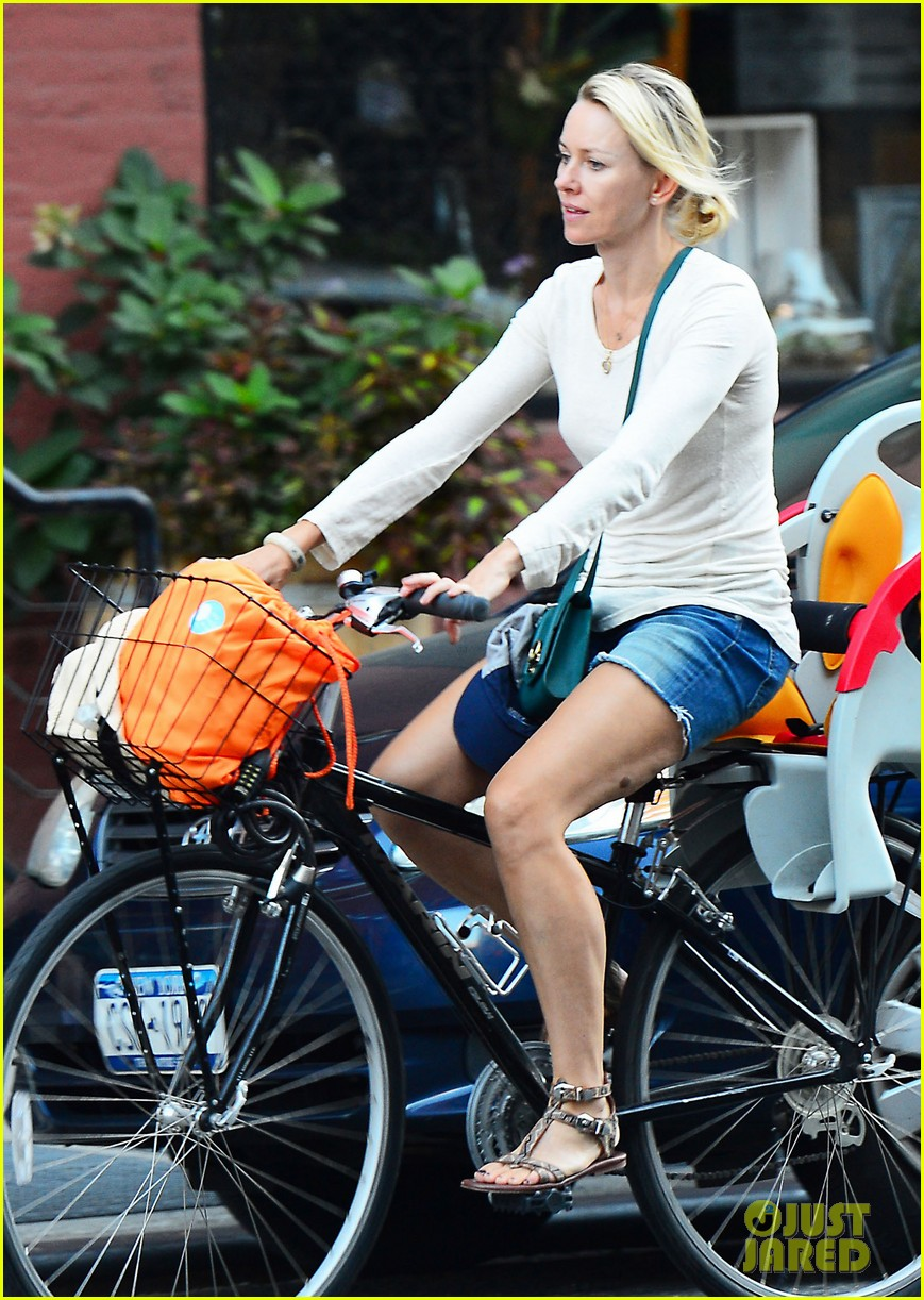 naomi watts family bike all week in new york city 05