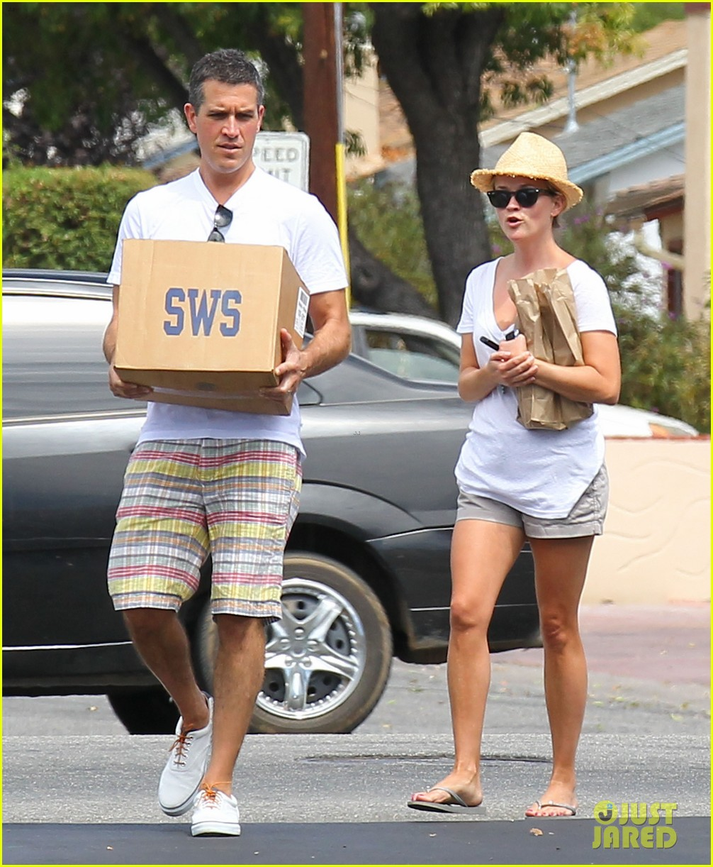 reese witherspoon jim toth labor day grocery shopping 142942390